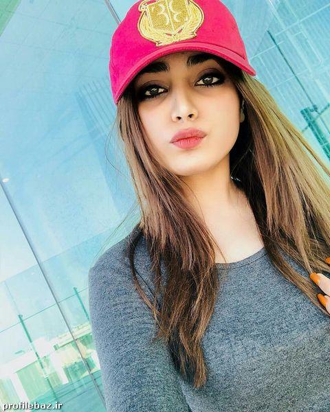 عکس دختر با کلاه اسپرت و لبه دار برای پروفایل