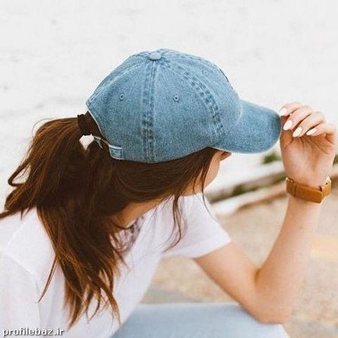 عکس دختر با کلاه کپ و تیپ اسپرت