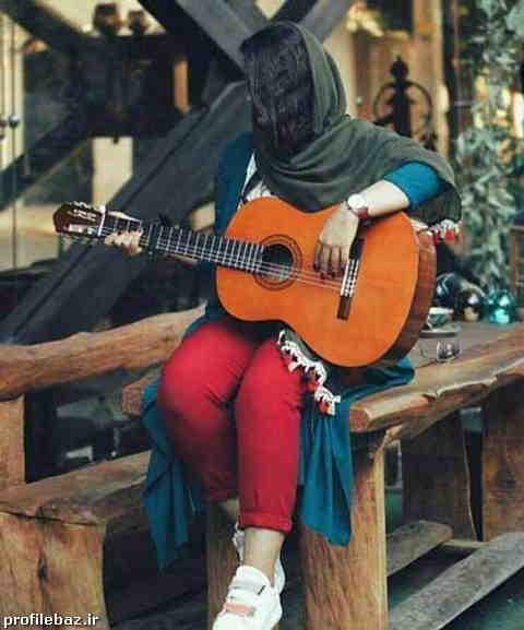 عکس دختر گیتار به دست برای پروفایل
